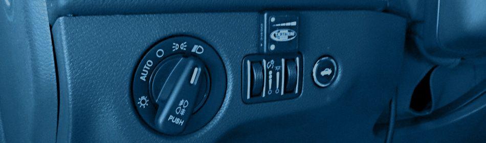 przełączanik paliwa obok włącznika świateł