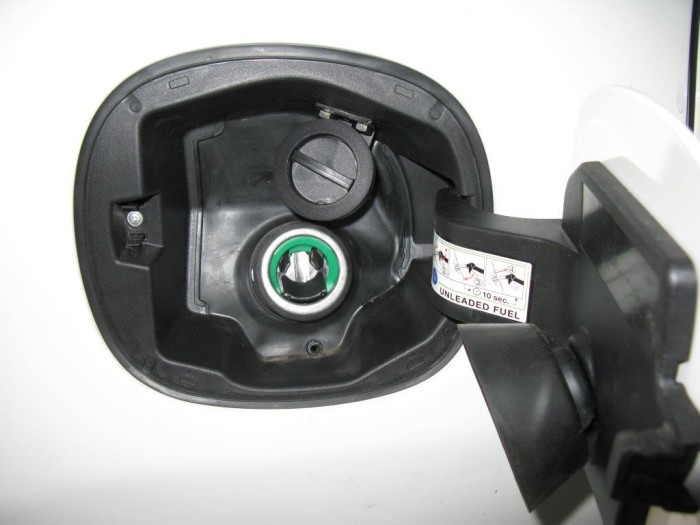 korek gazu obok wlewu paliwa