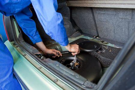 mechanik sprawdza instalację LPG